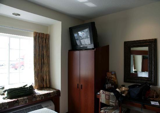 Microtel Inn & Suites by Wyndham Indianapolis Airport: awkward angled TV