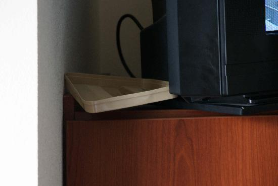 Microtel Inn & Suites by Wyndham Indianapolis Airport: new use for ice tray lid