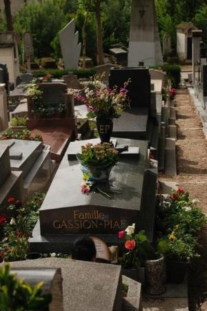 "สุสาน Pere-Lachaise (Cimetiere du Pere-Lachaise): ""La Vie En Rose"" Edith Piaf. France's most popular and beloved singer."