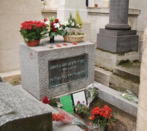 สุสาน Pere-Lachaise (Cimetiere du Pere-Lachaise): Jim Morrison, lead singer of The Doors.