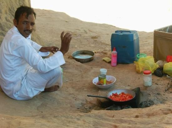 Wadi Rum, จอร์แดน: Sulamon- our bedouin cooking lunch.