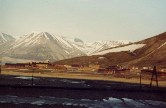 ลองเยียร์เบียน, นอร์เวย์: Longyearbyen.  Sverige hade en kolgruva på andra sidan berget till slutet på 20-talet, den s.k