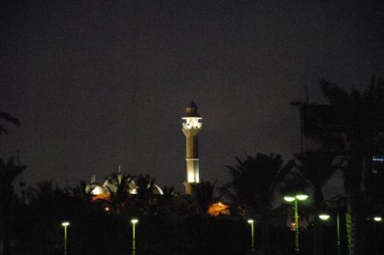 เจดดาห์, ซาอุดีอาระเบีย: And of course small mosques are all over the place in Jeddah. From the towers the believers are
