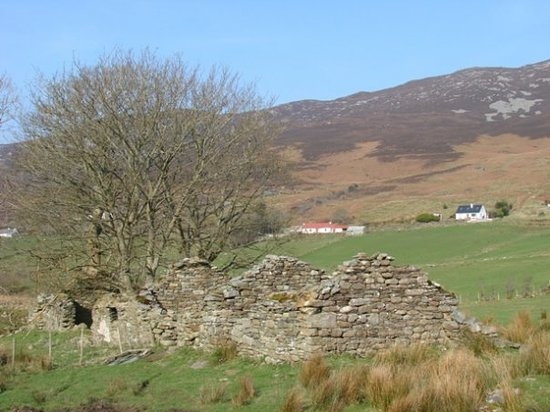 Clonmany, Irlanda: Hillside Cottage beyond an old farmhouse.