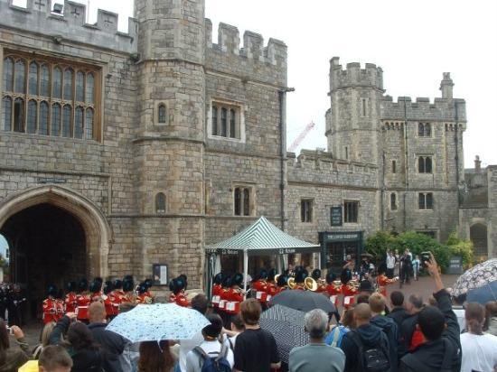 วินด์เซอร์, UK: Changing of the guard at Windsor Castle
