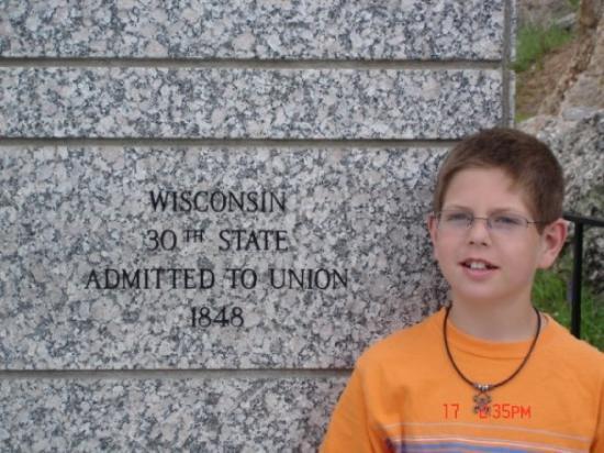 คีน์สโตน, เซาท์ดาโคตา: Cody standing in front of the Wisconsin memorial at Mt. Rushmore