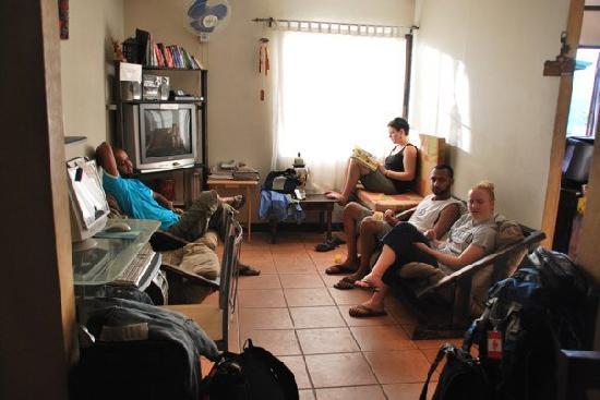 Maleku Hostel: Fun in the hostel living room