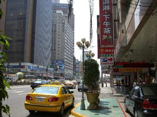 Cosmos Hotel Taipei: ホテル前