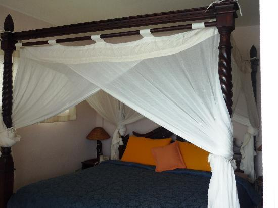 Bocas Paradise Hotel : comfy bed with a water view