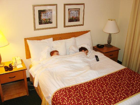 Residence Inn Frederick: The kids watching their own TV in the comfy bed.
