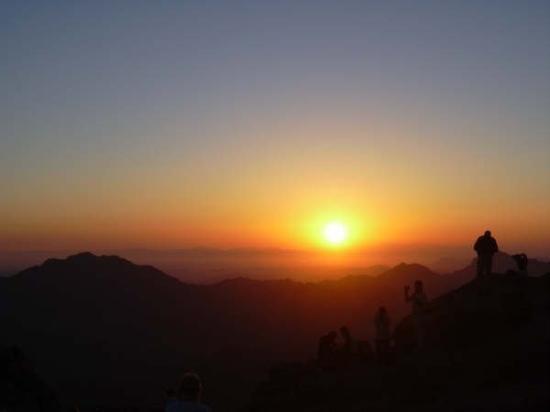 Saint Catherine, อียิปต์: Amanecer en el monte Sinai, despues de ascender durante la noche por el mistico monte de Moises.