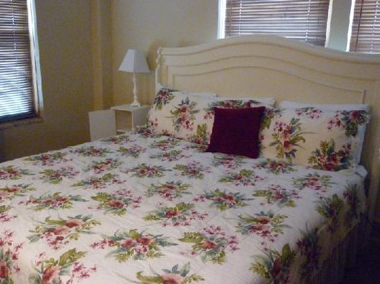 Knickerbocker on the Lake: Master bedroom of room 521