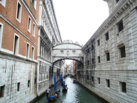 Ponte dei Sospiri: Ahlar köprüsü Mahkumlar soldaki adalet sarayından sağdaki hapishaneye bu köprüden geçerlermiş v