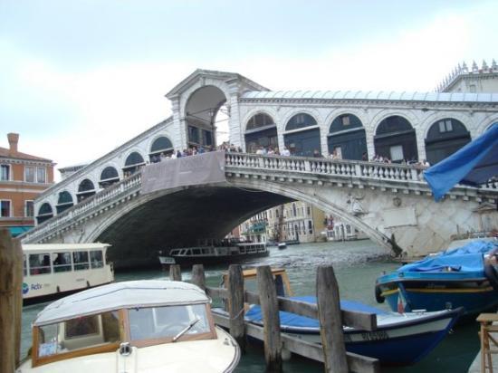 Mercati di Rialto: Rialto Köprüsü Bir zamanlar burası Venedik'in ticaretinin kalbi olan yer, hatta Shakespear'in '