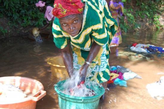 Bissau, กินีบิสเซา: Mujer lavando ropa en la fuente