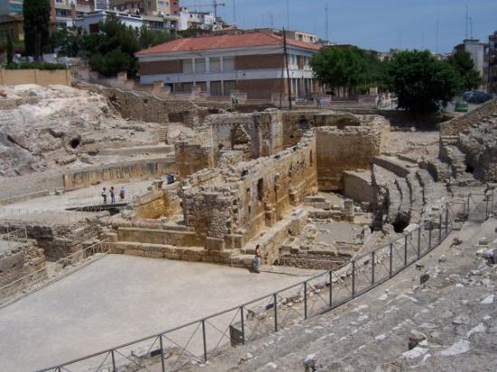 ตาราโกนา, สเปน: Yup - only the christians would plonk a cruciform church in the middle of an ampamphitheatre...