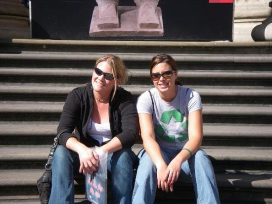 บริติชมิวเซียม: Moira and I chillin outside the London Museum