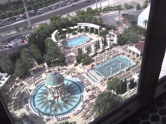 โรงแรมซีซาร์ พาเลส: Las piscinas vistas desde la habitacion del Caesar Palace