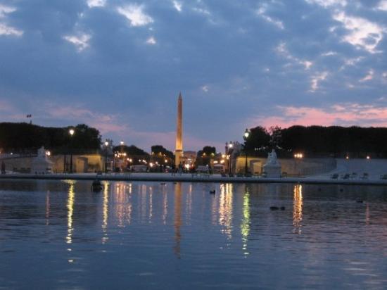 Jardin des Tuileries: jardin de tuileries at dusk