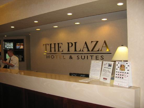 The Plaza Hotel and Suites Eau Claire : Front Desk
