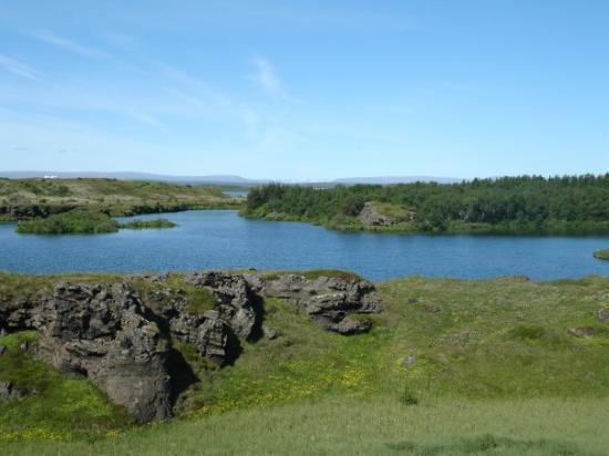 Lake Myvatn, ไอซ์แลนด์: Lava formations by lake Mývatn.