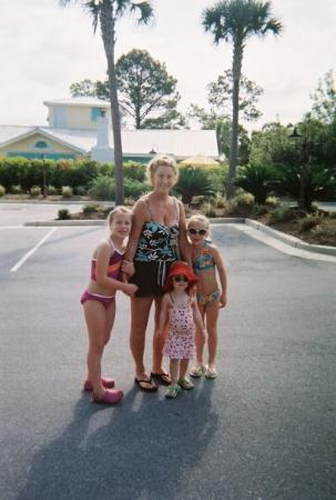 Seagrove Beach, ฟลอริด้า: Margie and her girls (in front of the Banana Cabana)
