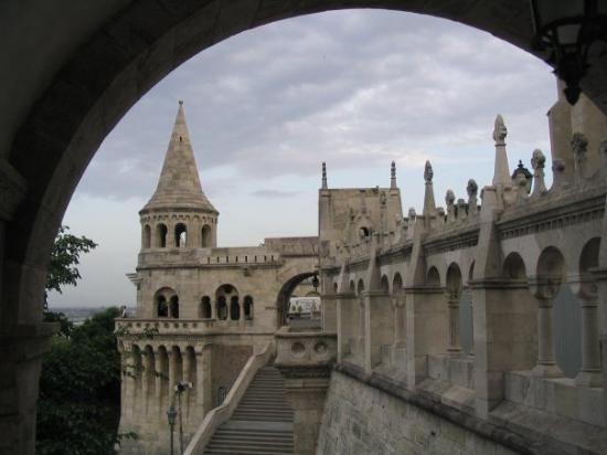 ป้อมชาวประมง: Fisherman's Bastion on Castle Hill in Buda.