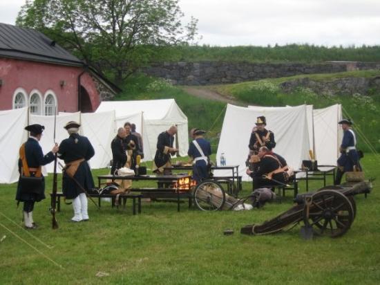 ป้อมซัวเมนลินา: 一堆保衛Helsinki的士兵唔打仗, 而在野餐.