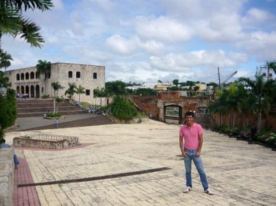 La Puerta del Conde: La puerta de Santo Domingo y la casa de Diego Colon en la Plaza España