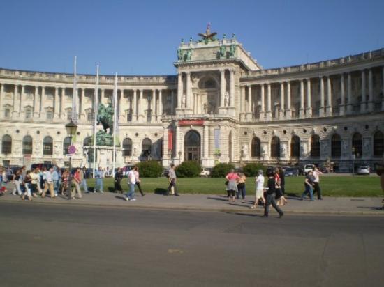 พระราชวังหลวง (ฮอฟเบิร์ก): Hofburg Palace.  Currently National Museum.  Actually the site were Hitler had his speech when