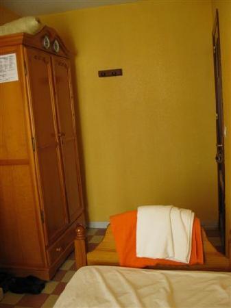 Funky Meridiano Hostel Granada: single room: wardrobe