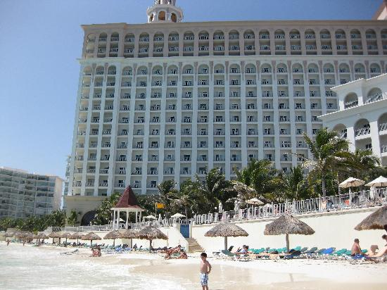 Hotel Riu Caribe: View of the hotel from the beach