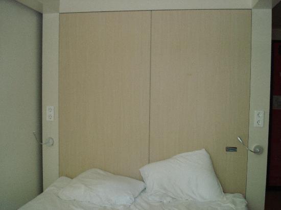 โรงแรมคิวบิค อัมสเตอร์ดัมWTC: TV not attached to the wall as pictured on website