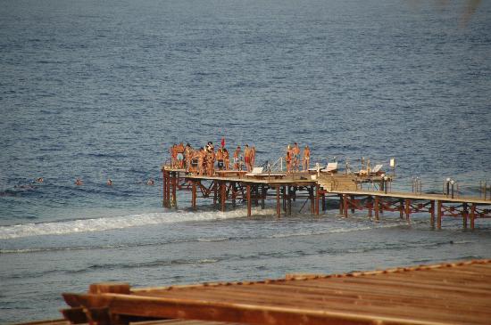 Resta Reef Resort: Il pontile di accesso al mare aperto