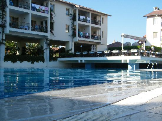 Kentia Apartments: The hotel, pool and restaurant