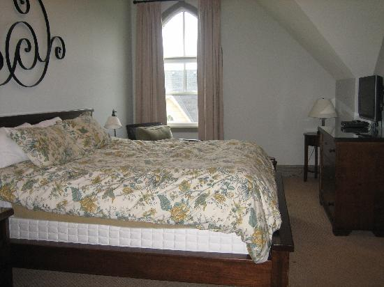 Historic Snowbridge Mountain Homes - Blue Mountain Resort: Master bedroom - king bed, ensuite bathroom