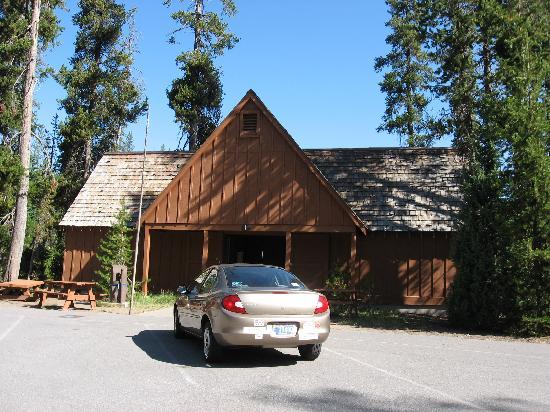 Mazama Village Motor Inn: Outside of cabin