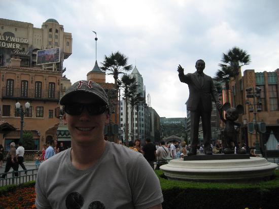 วอลต์ ดิสนีย์ สตูดิโอส์ ปาร์ค: Statue of Walt and Mickey.