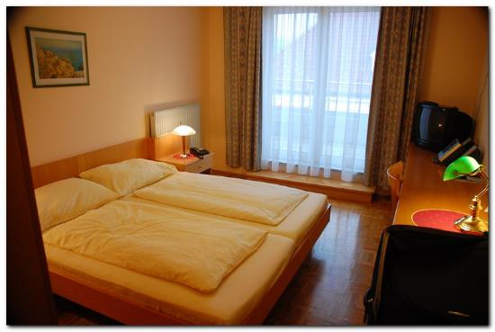 Hotel Am Kapuzinerplatz: My nice room with hard wood floors