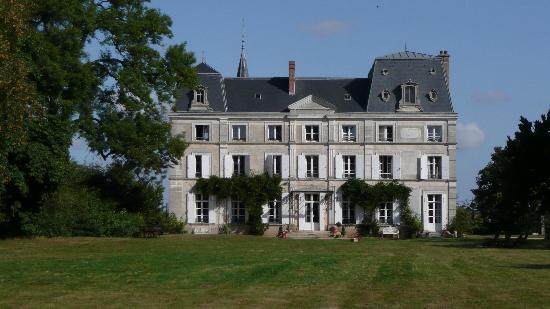Chateau de la Puisaye : Château vu du fond du parc