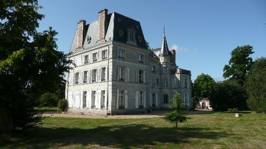 Chateau de la Puisaye : Château vu de la mare