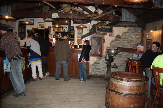 Cardrona Hotel: Main Bar - meeting friends