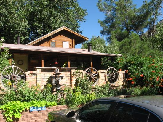 Red rock picture of the canyon wren cabins for for Cabin in sedona az