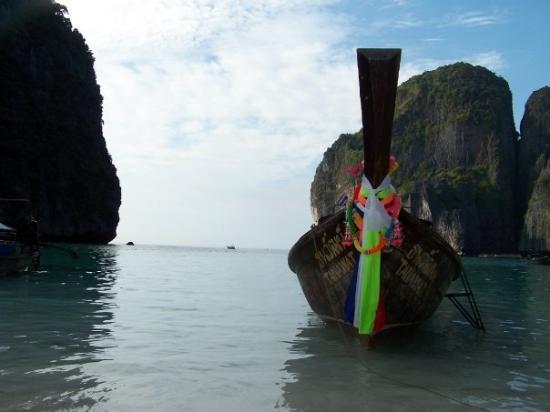 อ่าวมาหยา: Maya Bay located amongst the Phiphi Islands off Krabi