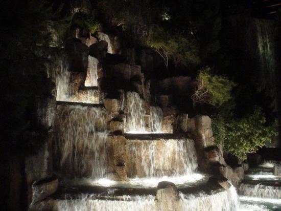 โรงแรมเดอะมิราจ & คาสิโน: Sleeping volcano