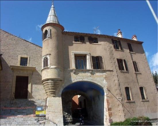 ไฮเยเรส, ฝรั่งเศส: porte saint Paul, avec l'entrée de l'église à gauche