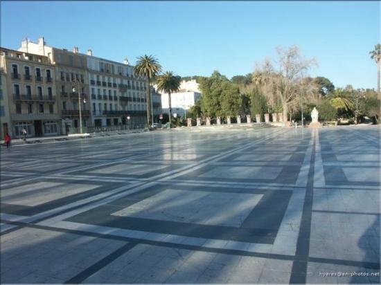La place Clémenceau, plus connue à Hyères sous le nom de place de marbre.