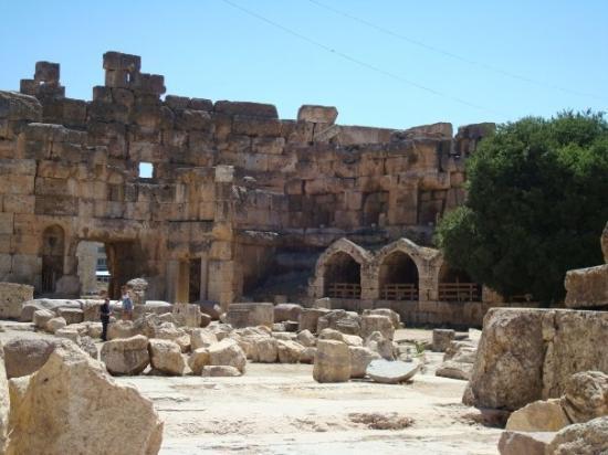 วิหารบาอัลเบค: Baalbeck, Lebanon's greatest Roman treasure, can be counted among the wonders of the ancient wor