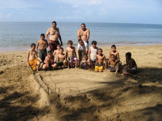 Anasco, Puerto Rico: Los chicos del equipo de beisbol, terminando el campo de beis en la arena, en la playa de las vi
