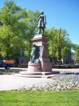 The Esplanadi Park: Statue of Runeberg